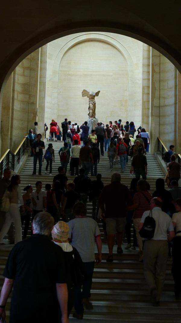 卢浮宫,萨摩忒雷斯的胜利女神面前的人群