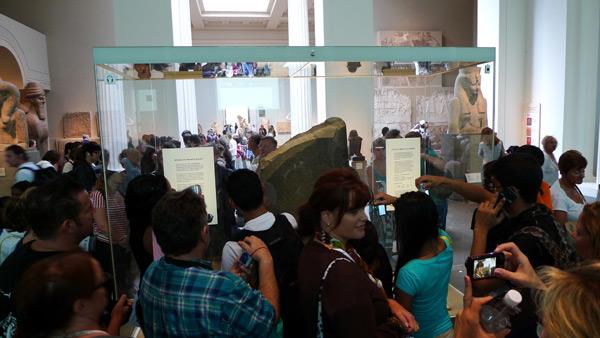 大英博物馆,罗塞塔石碑的玻璃罩子和周围的人群