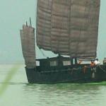 太湖扬帆图局部:船头绿色的波浪