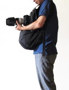 抱在前面的背包可以稳定相机