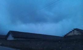 色达·乌云下的雨幡