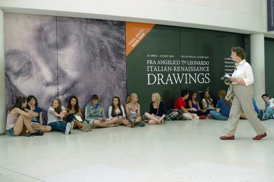 大英博物馆里倚墙而坐的年轻人