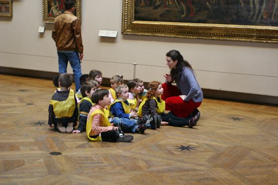 卢浮宫里坐着的孩子们
