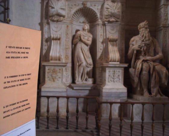摩西像前的提示牌,上写: 请勿站在雕像前对团队解说