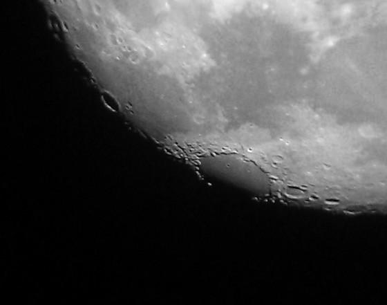 危海,两个小撞击坑Picard(左)和Peirce(右)