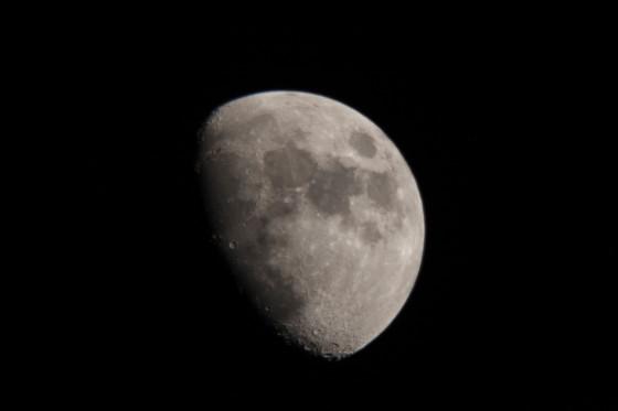 使用天文望远镜拍到的月球(点击有大图)