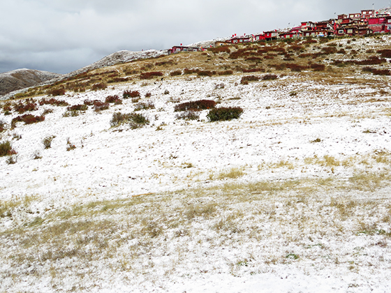 雪后的喇荣北山山坡