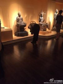 bow-to-buddha-in-museum